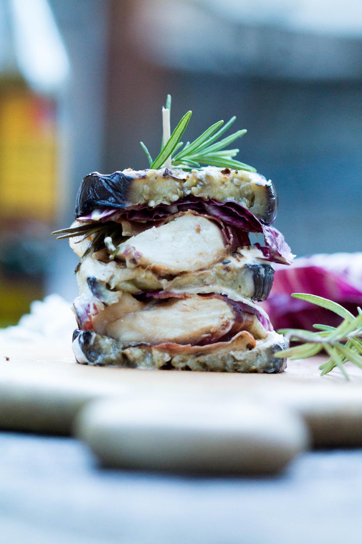 faible_burger-2-0-aubergine-mit-haehnchen-in-speckmantel-mit-ziegenfrischkaese-und-rotem-pesto-1